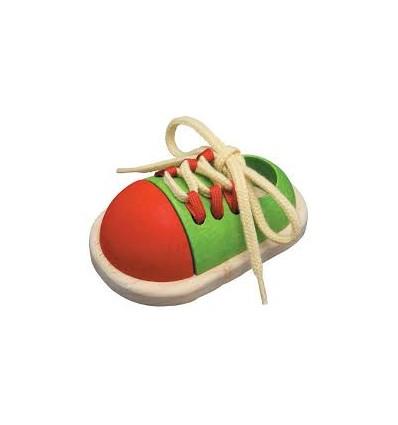 Ata el zapato de madera